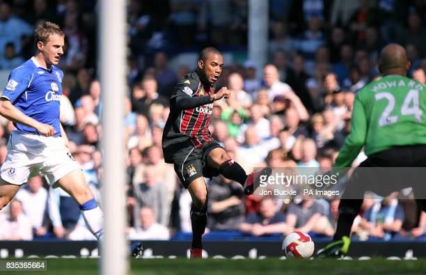 Manchester City's De Souza Robinho scores the opening goal