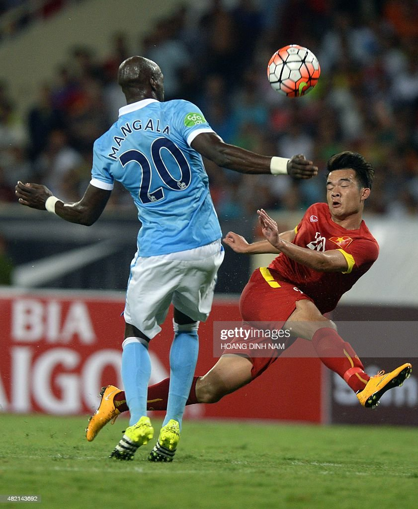 Manchester City s Eliaquim Mangala L fights for the ball with