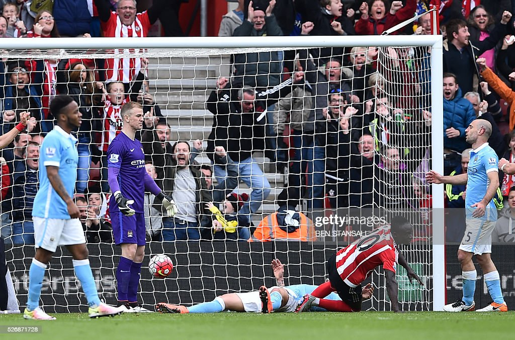Manchester City's English goalkeeper Joe Hart (2L) and Manchester City's Argentinian defender Pablo Zabaleta (R) react after Southampton's Senegalese midfielder Sadio Mane (2R) scored their third goal during the English Premier League football match between Southampton and Manchester City at St Mary's Stadium in Southampton, southern England on May 1, 2016. / AFP / BEN STANSALL / RESTRICTED TO EDITORIAL USE. No use with unauthorized audio, video, data, fixture lists, club/league logos or 'live' services. Online in-match use limited to 75 images, no video emulation. No use in betting, games or single club/league/player publications. /