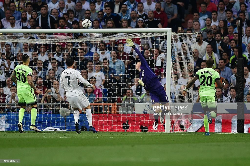 Manchester City's goalkeeper Joe Hart (2ndL) misses the ball entering in his net during the UEFA Champions League semi-final second leg football match Real Madrid CF vs Manchester City FC at the Santiago Bernabeu stadium in Madrid, on May 4, 2016. / AFP / JAVIER