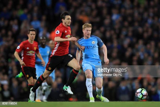 Manchester City's Kevin De Bruyne and Manchester United's Matteo Darmian battle for the ball