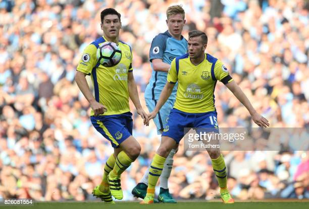 Manchester City's Kevin De Bruyne is challenged by Everton's Gareth Barry and Tom Cleverley