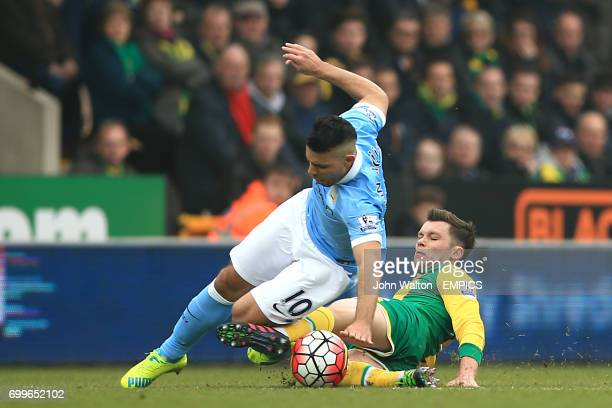 Manchester City's Sergio Aguero and Norwich City's Jonny Howson battle for the ball
