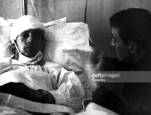 Manchester United Air Disaster Munich Germany 6th FEBRUARY 1958 Manchester United's Dennis Viollet and captain Bill Foulkes talk in a Munich hospital...