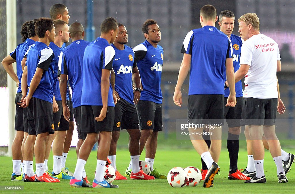 Manchester United manager David Moyes (R) advises players during a training session at Nissan Stadium in Yokohama, suburban Tokyo on July 22, 2013. The United will play Yokohama F Marinos on July 23 and then face J-League club Cerezo Osaka at Nagai Stadium on July 26.