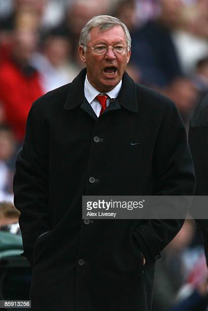 Manchester United Manager Sir Alex Ferguson shouts instructions during the Barclays Premier League match between Sunderland and Manchester United at...