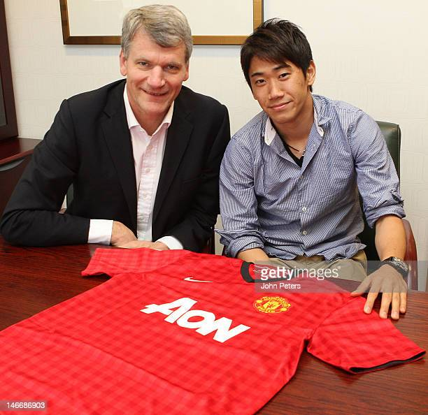 Manchester United's Chief Executive David Gill poses with Manchester United's new signing Shinji Kagawa from Borussia Dortmund at Old Trafford on...