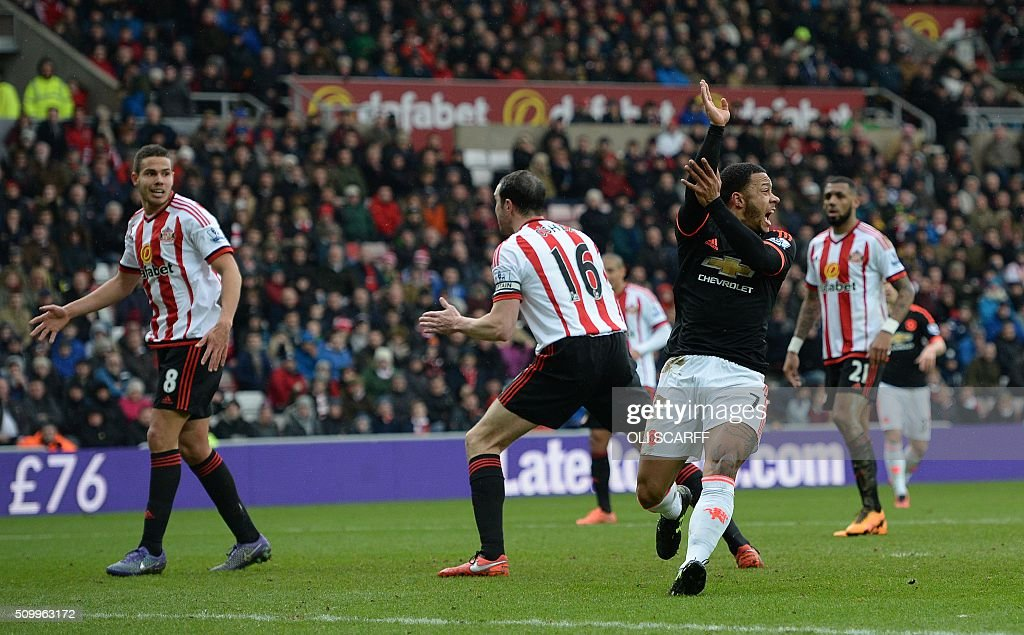 Manchester United's Dutch midfielder Memphis Depay (2R) claims for handball after he struck a shot towards goal during the English Premier League football match between Sunderland and Manchester United at the Stadium of Light in Sunderland, northeast England on February 13, 2016. Sunderland won the match 2-1. / AFP / OLI SCARFF / RESTRICTED TO EDITORIAL USE. No use with unauthorized audio, video, data, fixture lists, club/league logos or 'live' services. Online in-match use limited to 75 images, no video emulation. No use in betting, games or single club/league/player publications. /