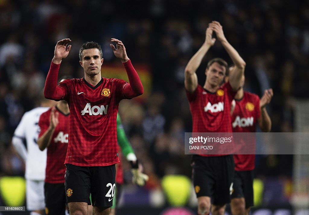 Manchester United's Dutch striker Robin van Persie (L) applauds supporters at the end of the UEFA Champions League round of 16 first leg football match Real Madrid CF vs Manchester United FC at the Santiago Bernabeu stadium in Madrid on February 13, 2013. The match ended in a 1-1 draw. AFP PHOTO/ DANI POZO