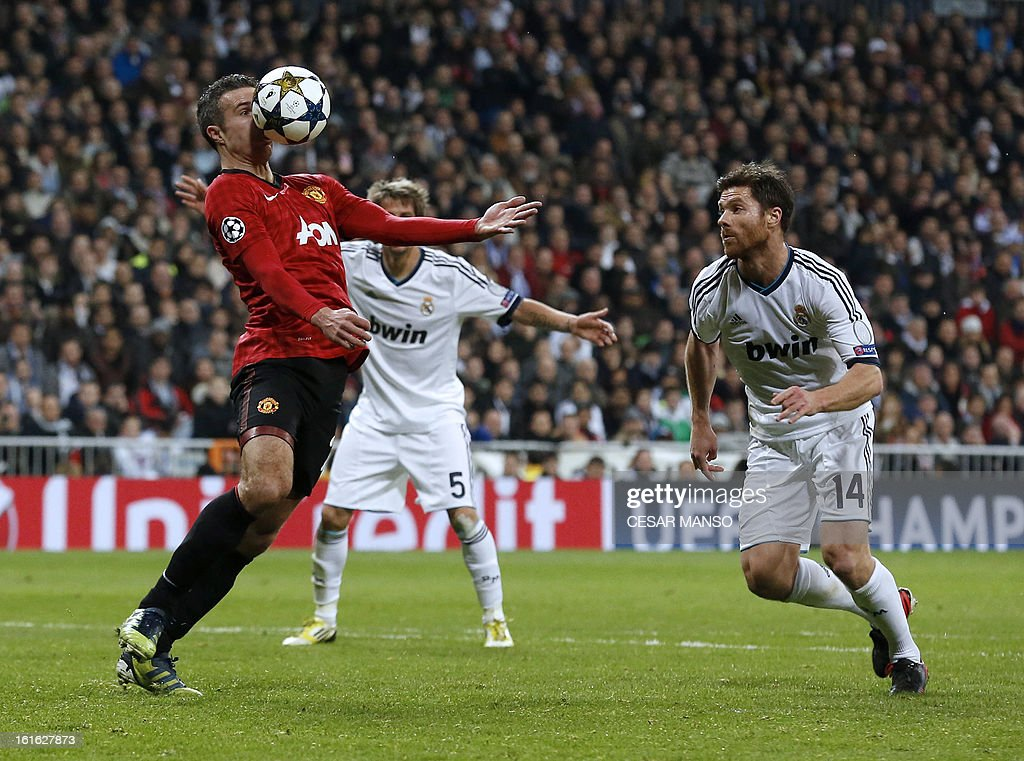 Manchester United's Dutch striker Robin van Persie (R) vies with Real Madrid's midfielder Xabi Alonso during the UEFA Champions League round of 16 first leg football match Real Madrid CF vs Manchester United FC at the Santiago Bernabeu stadium in Madrid on February 13, 2013.