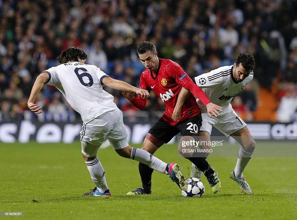 Manchester United's Dutch striker Robin van Persie (C) vies with Real Madrid's defender Alvaro Arbeloa (R) during the UEFA Champions League round of 16 first leg football match Real Madrid CF vs Manchester United FC at the Santiago Bernabeu stadium in Madrid on February 13, 2013. AFP PHOTO / CESAR MANSO