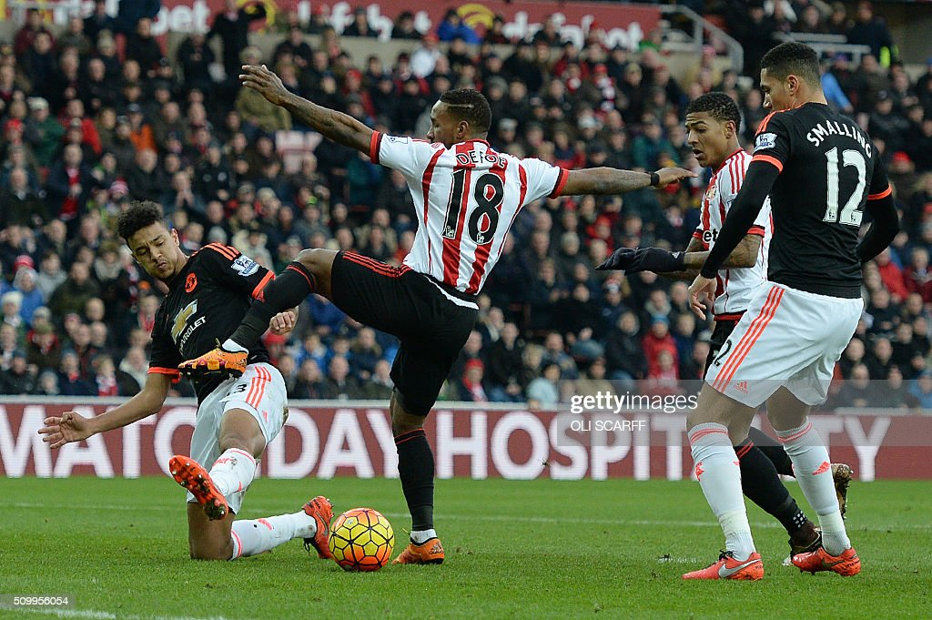 Manchester United's English defender Cameron Borthwick-Jacksonth (L) vies with Sunderland's English striker Jermain Defoe (2L) during the English Premier League football match between Sunderland and Manchester United at the Stadium of Light in Sunderland, northeast England on February 13, 2016. / AFP / OLI SCARFF / RESTRICTED TO EDITORIAL USE. No use with unauthorized audio, video, data, fixture lists, club/league logos or 'live' services. Online in-match use limited to 75 images, no video emulation. No use in betting, games or single club/league/player publications. /