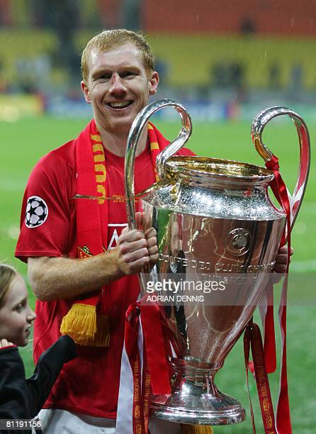 Manchester United's English midfielder Paul Scholes celebrates with the trophy after beating Chelsea in the final of the UEFA Champions League...