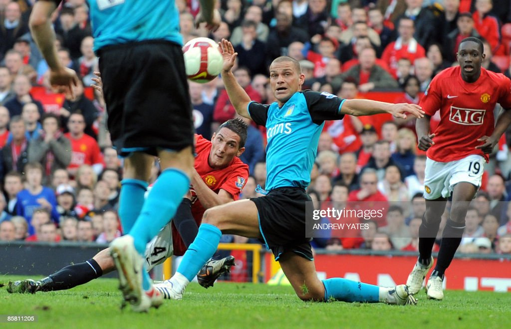 Manchester United's Federico Macheda (C) : News Photo