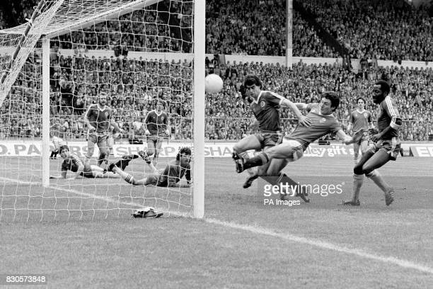 Manchester United's Frank Stapleton gets in between Brighton and Hove Albion's Gary Stevens and Chris Ramsey to score the equalising goal watched by...
