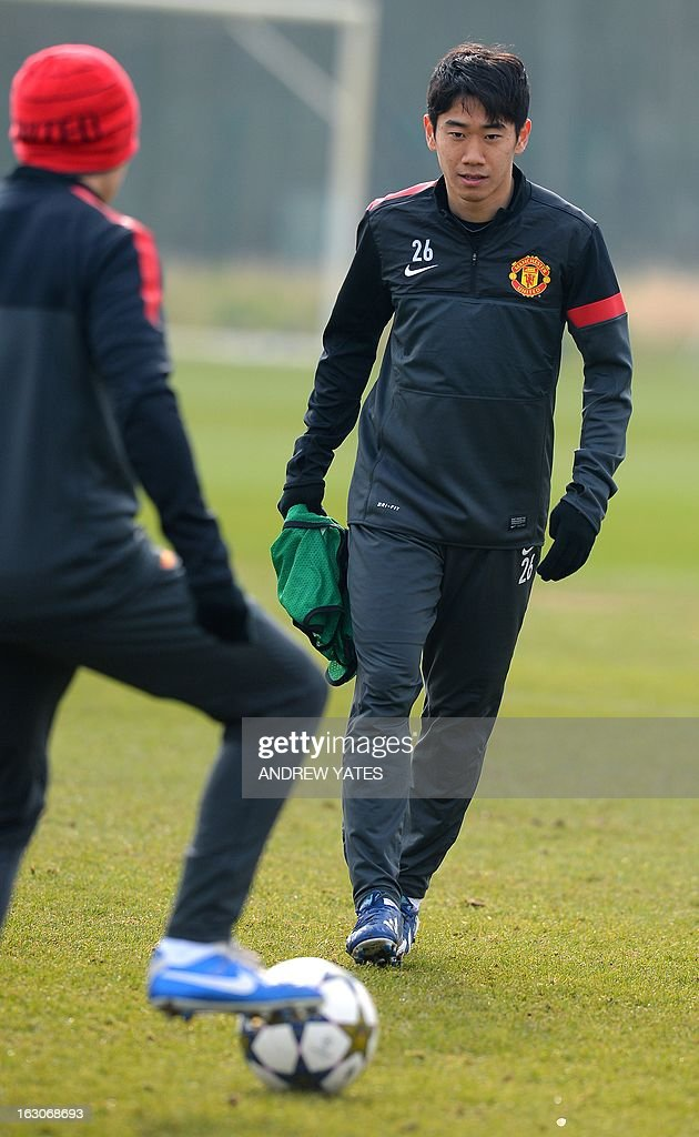 Manchester United's Japanese midfielder Shinji Kagawa (R) eyes the ball during a training session at the Carrington training complex in Manchester, north-west England on March 4, 2013, on the eve of their UEFA Champions League first knockout round second leg football match against Real Madid.