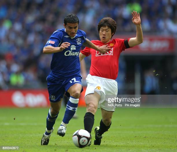 Manchester United's JiSung Park and Everton's Tim Cahill battle for the ball