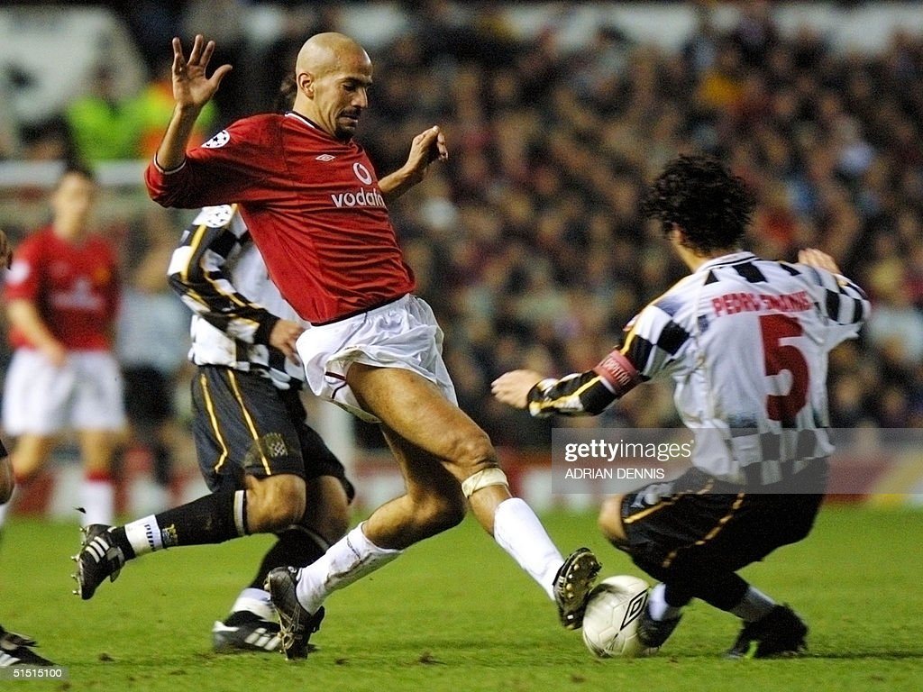 Manchester United s Juan Sebastian Veron C chall