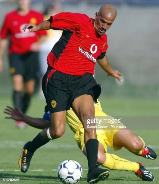 Manchester United's Juan Sebastian Veron is tackled Club America's Cuauhtemoc Blanco during their Champions World game at the Los Angeles Memorial...