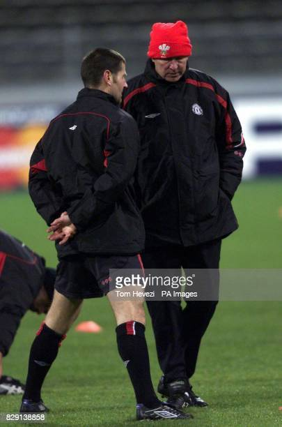 Manchester United's manager Sir Alex Ferguson talks to his player Dennis Irwin during training at the Olympic Stadium Munich Germany Manchester...