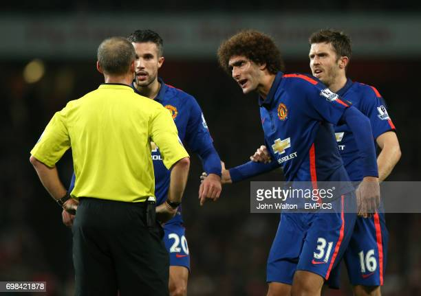 Manchester United's Marouane Fellaini and Robin van Persie argue with referee Mike Dean