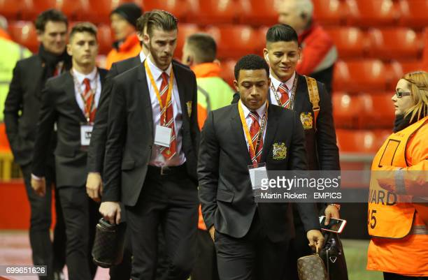 Manchester United's Memphis Depay and his teammates arriving before the game