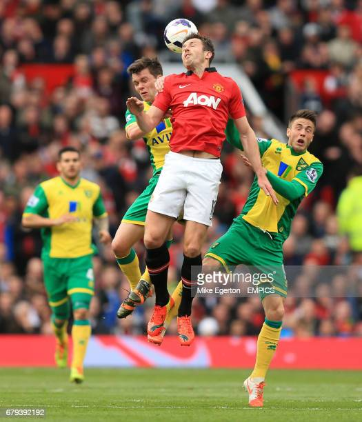 Manchester United's Michael Carrick and Norwich City's Jonny Howson and Ricky Van Wolfswinkel