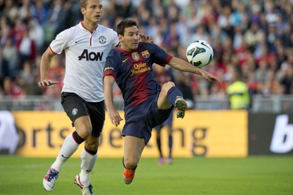 Manchester United's Nemanja Vidic (L) vi : News Photo