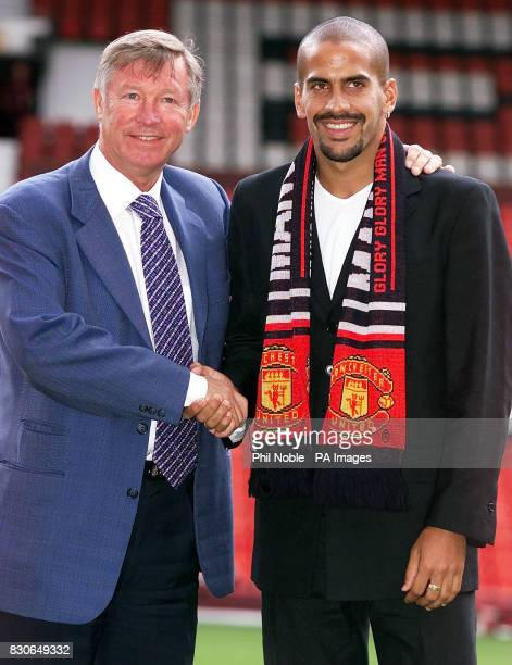 LEAGUE Manchester United's new signing Juan Sebastian Veron poses for photographers with manager Sir Alex Ferguson at Old Trafford Manchester Veron...