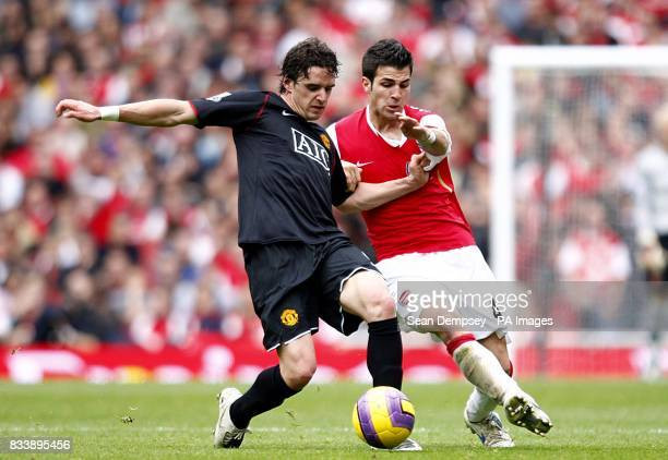 Manchester United's Owen Hargreaves and Arsenal's Francesc Fabregas battle for the ball