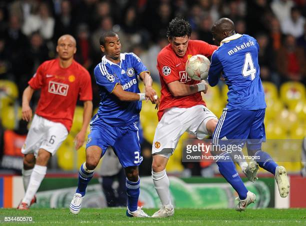 Manchester United's Owen Hargreaves battles for the ball with Chelsea's Claude Makelele and Ashley Cole