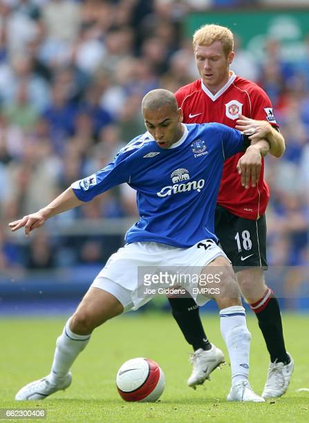 Manchester United's Paul Scholes and Everton's James Vaughan battle for the ball