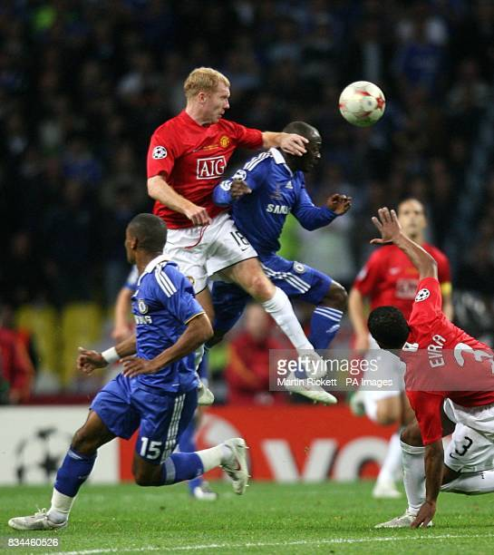 Manchester United's Paul Scholes catches Chelsea's Claude Makelele as they battle for the ball in the air