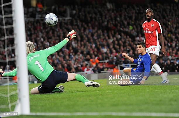Manchester United's Portuguese midfielder Cristiano Ronaldo scores his second goal past Arsenal's Spanish goalkeeper Manuel Almunia during their UEFA...