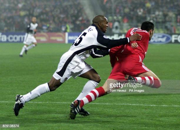 Manchester United's Quinton Fortune holds Bayern Munich's Willy Sagnol during the UEFA Champions League Group A game between Bayern Munich and...