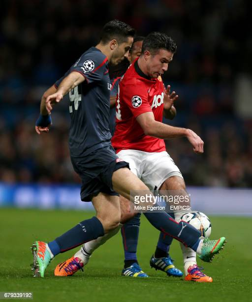Manchester United's Robin van Persie and Olympiakos' Kostas Manolas battle for the ball
