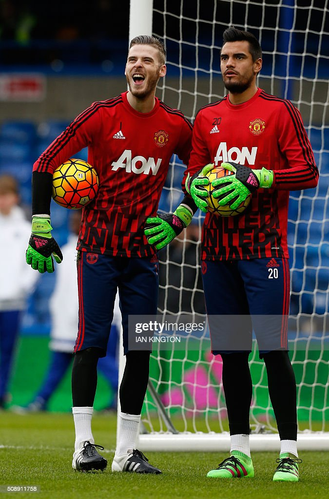 Manchester United's Spanish goalkeeper David de Gea (L) and Manchester United's Argentinian goalkeeper Sergio Romero warm up before the English Premier League football match between Chelsea and Manchester United at Stamford Bridge in London on on February 7, 2016. / AFP / Ian Kington / RESTRICTED TO EDITORIAL USE. No use with unauthorized audio, video, data, fixture lists, club/league logos or 'live' services. Online in-match use limited to 75 images, no video emulation. No use in betting, games or single club/league/player publications. /