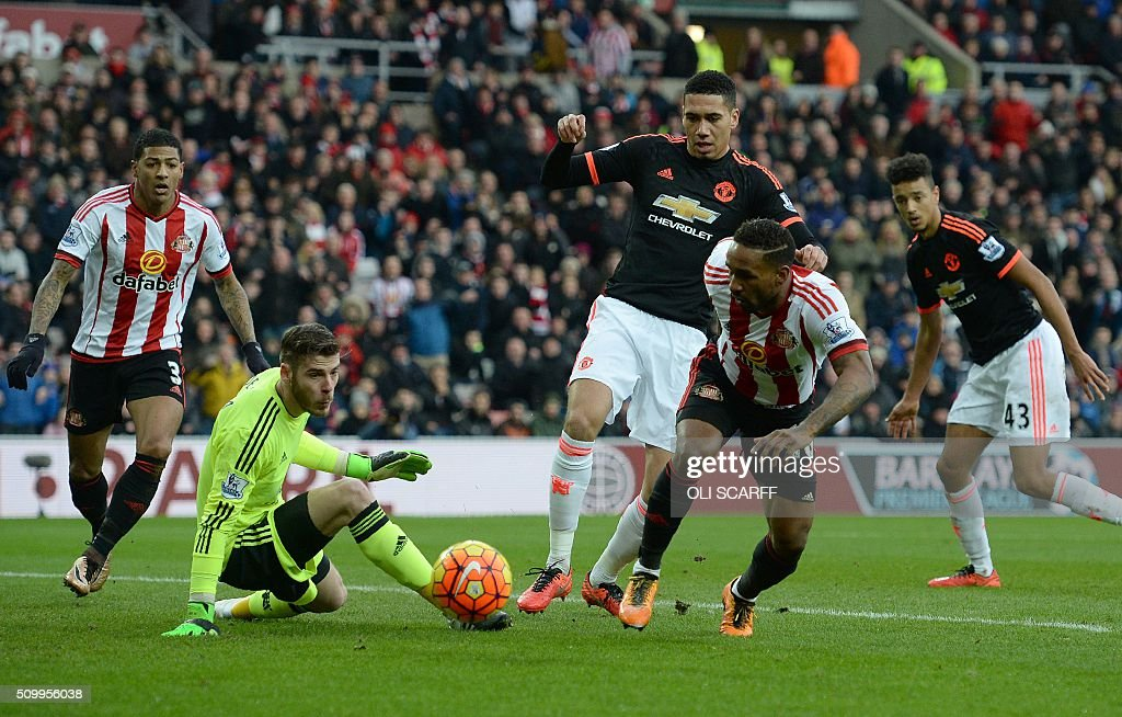Manchester United's Spanish goalkeeper David de Gea (2L) vies with Sunderland's English striker Jermain Defoe (2R) during the English Premier League football match between Sunderland and Manchester United at the Stadium of Light in Sunderland, northeast England on February 13, 2016. / AFP / OLI SCARFF / RESTRICTED TO EDITORIAL USE. No use with unauthorized audio, video, data, fixture lists, club/league logos or 'live' services. Online in-match use limited to 75 images, no video emulation. No use in betting, games or single club/league/player publications. /