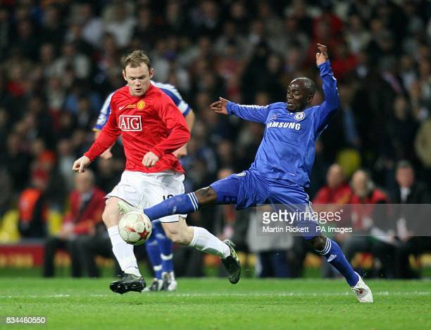 Manchester United's Wayne Rooney and Chelsea's Claude Makelele battle for the ball