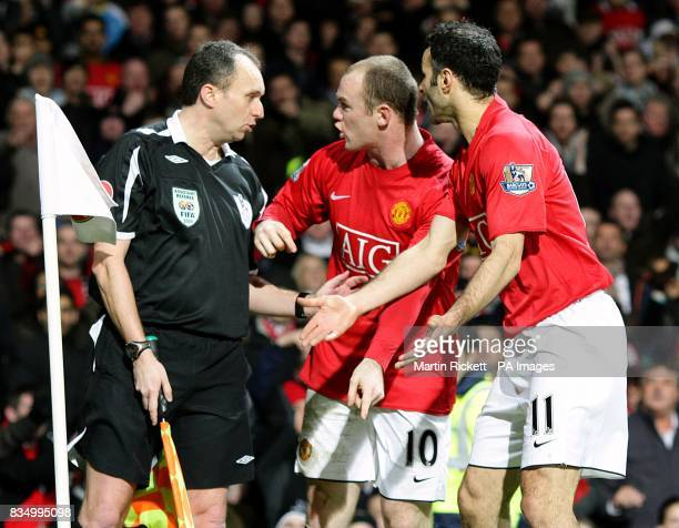 Manchester United's Wayne Rooney and Ryan Giggs shout at the linesman after Manchester United's Cristiano Ronaldo's goal was disallowed