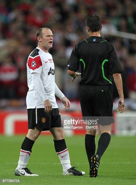 Manchester United's Wayne Rooney argues with referee Viktor Kassai