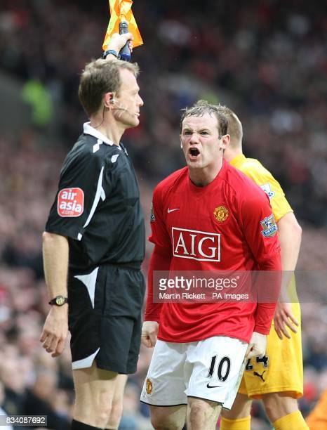 Manchester United's Wayne Rooney disputes a decision by the assistant referee