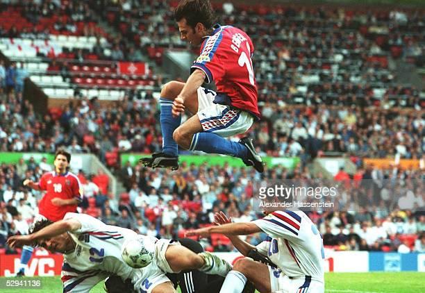 EURO 1996 HALBFINALE Manchester/ENG FRANKREICH TSCHECHIEN 56 nE Bixente LIZARAZU/FRA Patrik BERGER/CZE A ROCHE/FRA