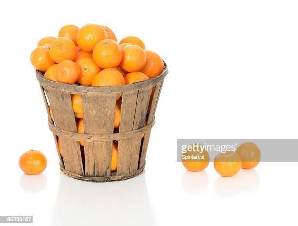 Mandarini in un cestino rustico