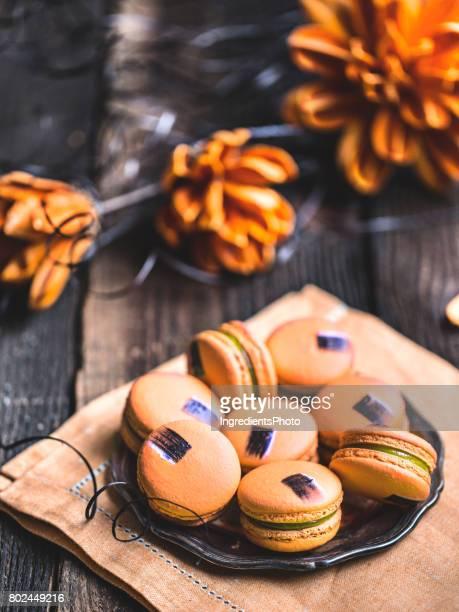 Mangue les macarons sur une Tableau en bois rustique.