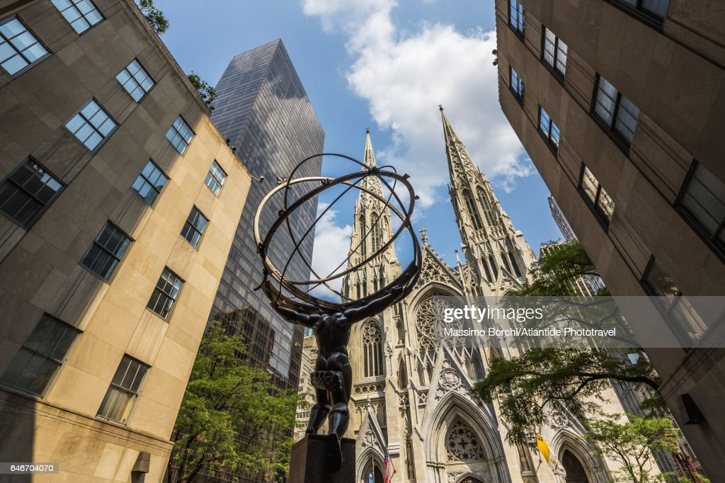 Manhattan, Midtown, Fifth (5th) Avenue, the Atlas Statue of Rockefeller Center and St Patrick Cathedral : Stock-Foto