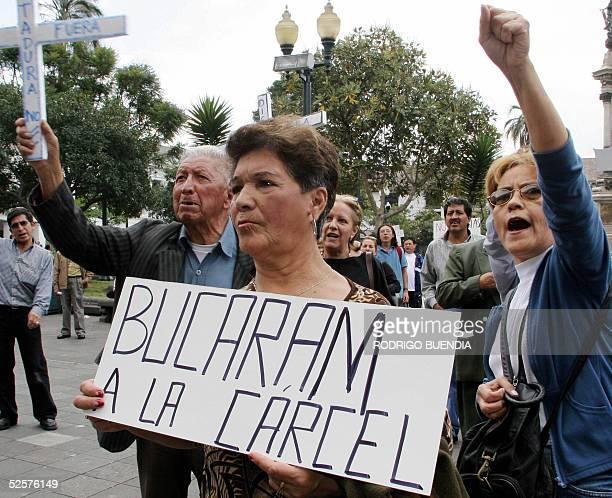 Manifestantes participan de una protesta contra el ex presidente Abdala Bucaram a las afueras del Palacio de Carondelet en Quito el 1 de abril de...