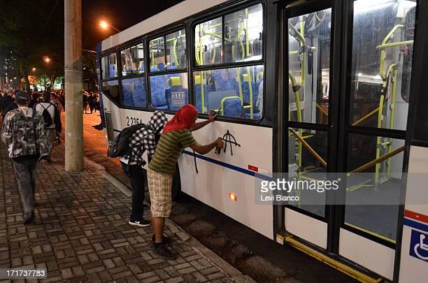 NIBUS Manifestantes picham um ônibus na Rua Augusta durante 5ª manifestação organizada pelo Movimento Passe Livre que reivindica a redução da...