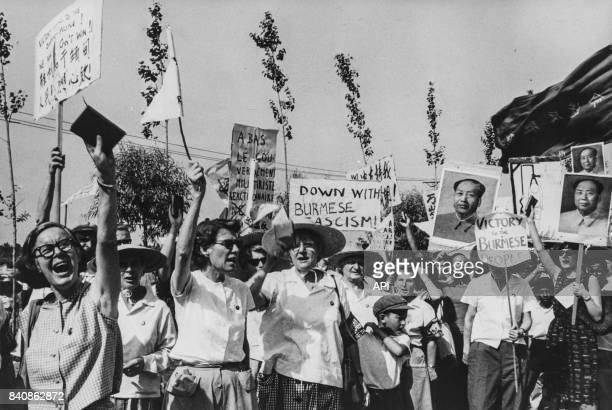Manifestation des expatriés à Pékin contre les violences antichinoises du régime réactionnaire de Birmanie le 10 juillet 1967 Chine