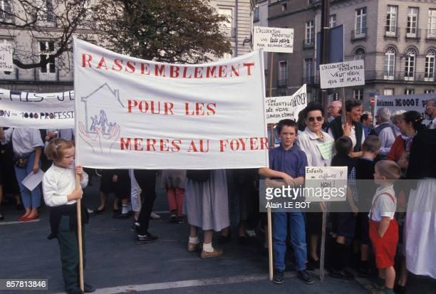 Manifestation des meres au foyer reclamant une allocation parentale le 15 octobre 1994 a Nantes France